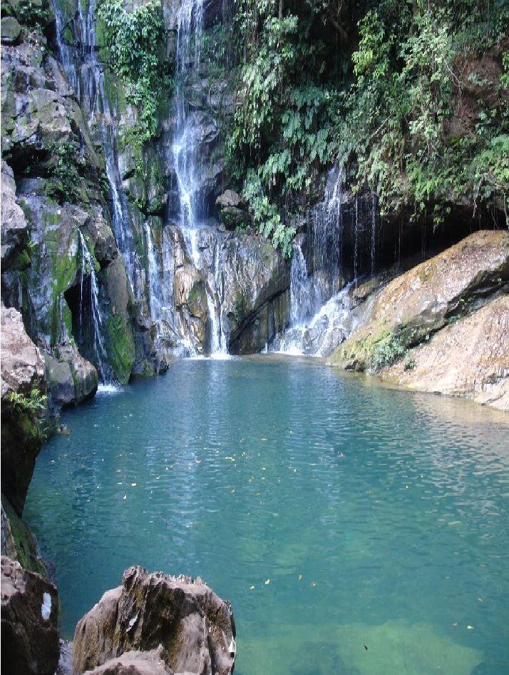 Cachoeira da Pedra Caída | Localizada na Chapada das Mesas, às margens da BR-230, a uma distância de 857 km de São Luiz, capital do Maranhão. A água despenca de uma altura de cerca de 50 metros, formando lá embaixo, entre paredões rochosos, uma piscina natural de beleza indescritível.