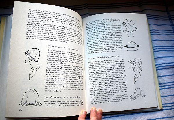 """Das Nähbuch """"Selbst geschneidert ganz perfekt"""" von Ines Ruebel bietet Schnitte für eine Reihe von Stoffhüten: Pillbox, drapierter Hut, St. Tropez-Hut, aufgeschlagener Hut, Ascot-Hut und Strandhut."""