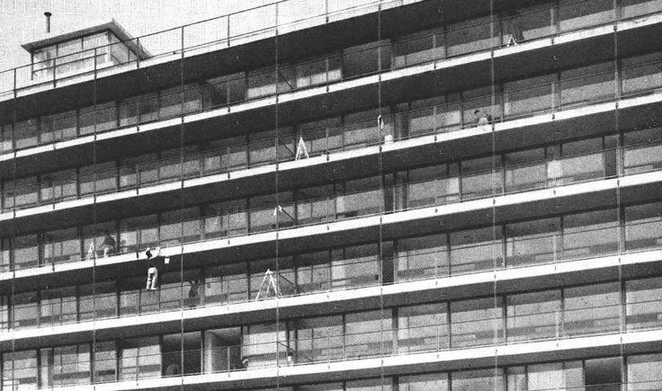 Detalle de la fachada principal durante la construcción, Edificio de departamentos, Providencia 3 esq. Obrero Mundial, Del Valle, Benito Juárez, México, DF 1956  Arq. David Cymet Lerer con Rubén Cymet Lerer, Ing. -   Detail of the main facade during construction, Apartment building, Providencia 3, Del Valle, Benito Juarez, Mexico City 1956