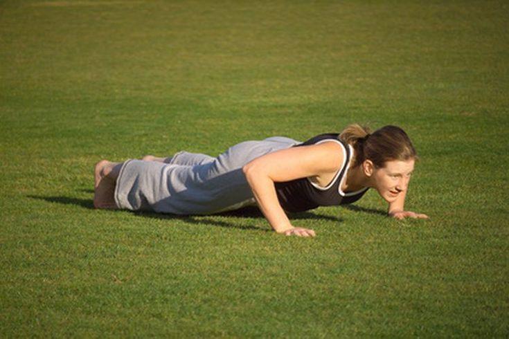 Dominadas vs. flexiones de brazos. Para lograr un nuevo reto, añade algunas dominadas (pullups) y flexiones (pushups) a tu rutina de acondicionamiento físico. La realización adecuada de estos ejercicios mejorará en gran medida la fuerza de tu centro y de la musculatura de tu tren superior; ...