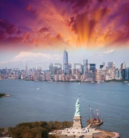 Estatua de la Libertad y el horizonte de Manhattan. Espectacular vista de helic�ptero al atardecer. photo
