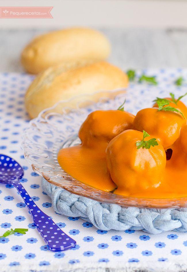 Albóndigas con salsa de pisto. Una rica receta de cuchara, perfecta para los días frescos. No os perdáis la receta de albóndigas con salsa de pisto en Thermomix.