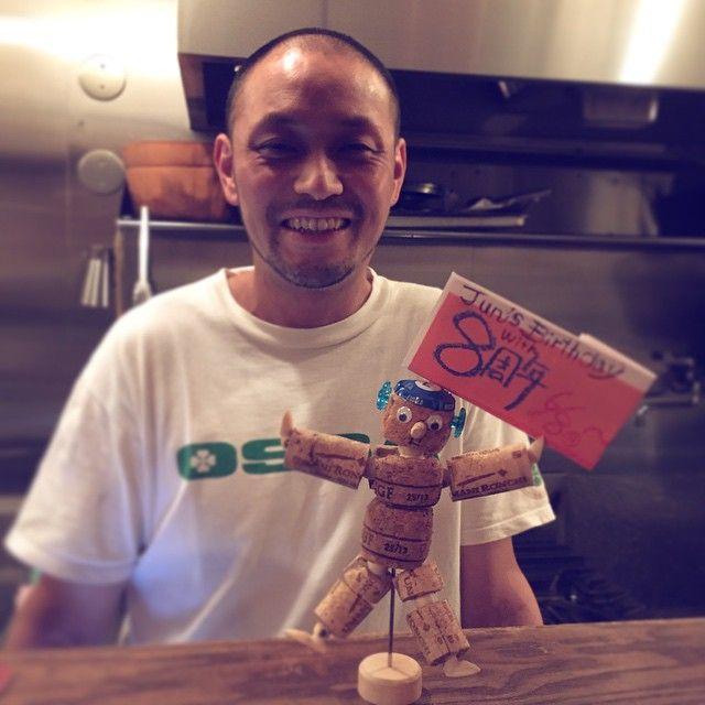 8周年のお祝い頂きました〜。コルクアート人形のエイト君♪ これからオススメのご案内をしてくれます!M橋さん、ありがとうございます( ´ ▽ ` )ノ #ワイン  #今出川通り  #frigo  #kyoto  #スペインバル   #イタリアン  #出町柳  #料理  #イベント  #エイト君  #8周年  #プレゼント  #コルクアート  #オススメ掲示  #スマイル