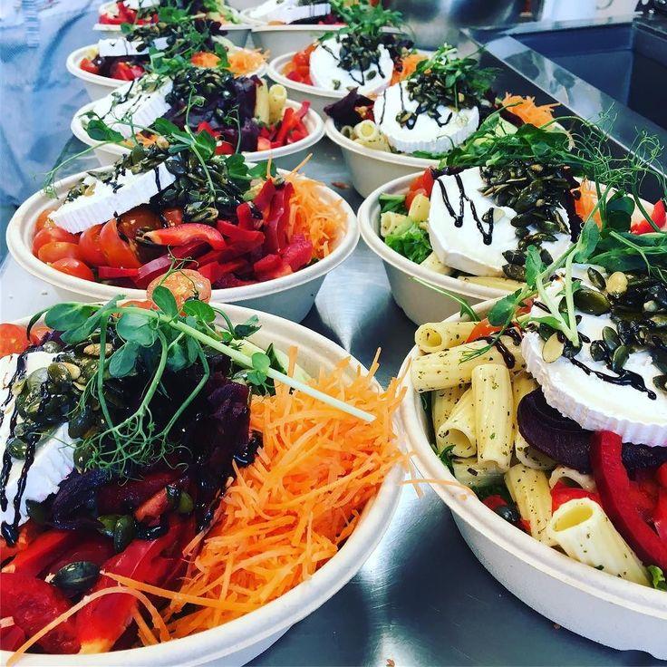Dagens sallad serveras med kokta rödbetorchevre' pasta och saltrostade pumpafrön samt honung och senapsdressing #sockermajas #torslanda #lunch #sallad #hjärtligtvälkomna