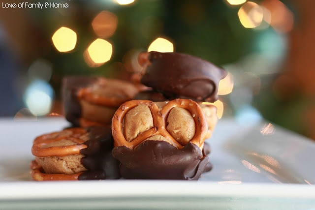 peanut butter chocolate pretzel cookies.  best combination ever.  Just need a tall glass of milk.: Family Homes, Peanut Butter Pretzels, Chocolates Peanut Butter, Families Home, Chocolate Dipped, Pretzels Bites, Chocolate Peanut Butter, Chocolates Dips, Dips Peanut