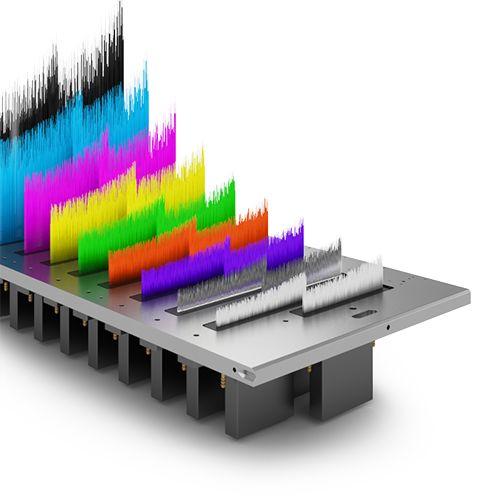 Le stampanti UV flatbed swissQprint dispongono di 4/9 canali colore e da 9 a 18 testine di stampa.  Il CMYK è espandibile con i colori light, il bianco, la vernice trasparente, il primer ed i colori pantone arancio, verde e viola.