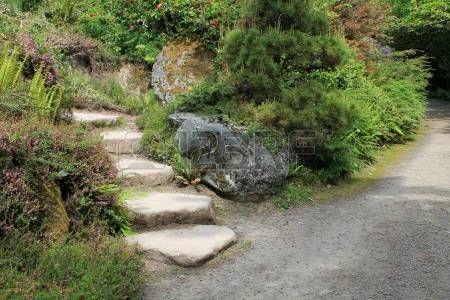 Una escalera de piedra se desvía de un camino de grava en un parque de Seattle Foto de archivo