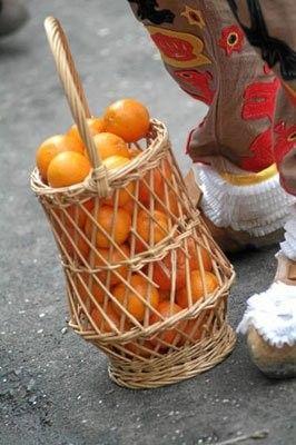 Carnaval de Binche : Le panier en osier rempli d'orange sanguine que le Gille lance dans la foule.