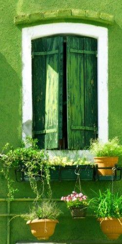Per le case di campagna: muro e persiana. Potreste decorare così anche soltanto un angolo esterno della vostra casa.