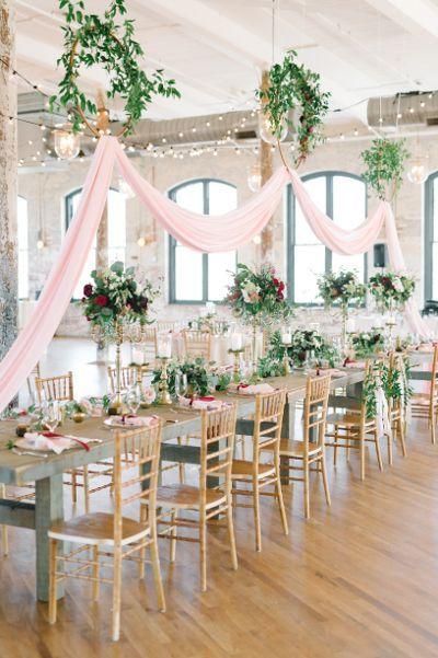 Erröten akzentuierte Hochzeit im Cedar Room.