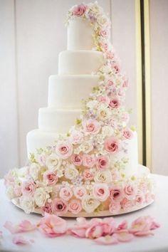wedding cake gteau de mariage blanc avec une cascade de fleurs roses - Fleurs Lyophilises Mariage