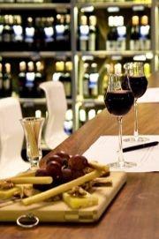 Sensus Şarap ve Peynir Butiği•  Şarap ve romantizm ikilisine yakışır şekilde, isabetli bir mevkiye konumlanmış olan Sensus 'unmenüsü, yerli şarap ve peynirlerden oluşuyor.Kuledibi'nden basamaklarla şarap mahzenine iniyorsunuz ve her bütçeye uygun, yüzlerce çeşit şarabın içinde buluyorsunuz kendinizi. Seçim yapmak zor; ama dört adımda iyi şarap nasıl anlaşılır, öğreneceksiniz.    Bereketzade Mah. Büyükhendek Cad. No: 5 Kuledibi/ BEYOĞLU   0212 245 56 57