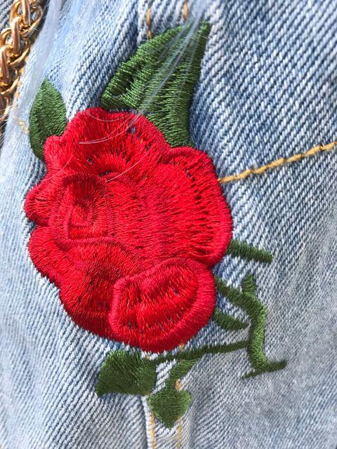 Главный тренд сезона - вышивка. Джинсовая куртка с розами.   Всем привет! Как вы наверняка уже знаете - вышивка завоевала все подиумы мира. Цветы насекомые и животные на джинсах рубашках куртках и сумках. Сегодня покажу вам вышивку которую я выбрала для себя а именно джинсовую куртку с красными розами! Моя с сайта SheIn.  Для меня она прекрасна во всем! Можно сказать - такая как я и мечтала)) Она светло - голубая тяжелая (очень качественная джинса) не длинная розы вышиты отлично все четко…