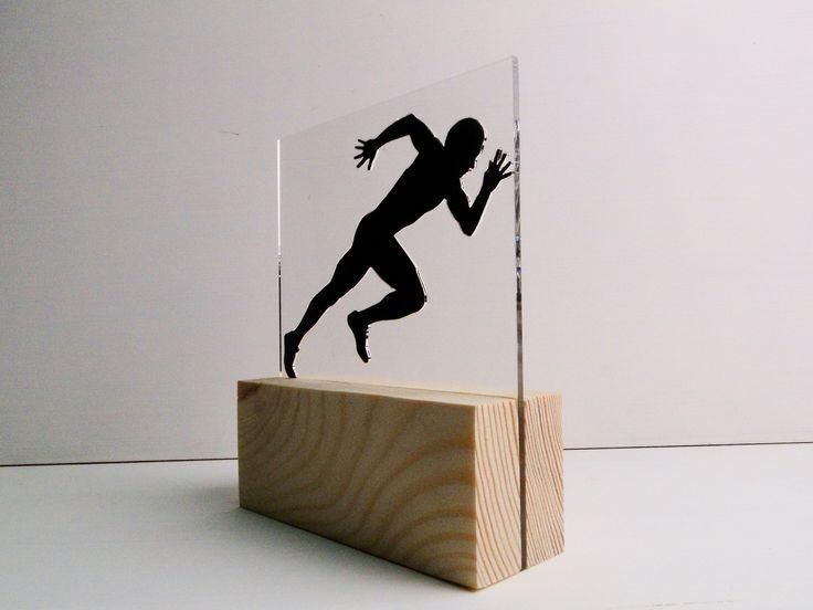 Statuetka drewniana z akrylem.