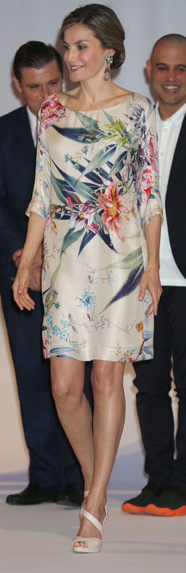 Su Majestad ha presidido la entrega de los Premios Nacionales de la Moda, celebrados en el Museo del Traje de Madrid, donde ha coincidido con lo mejor de los creadores y el diseño nacional, incluida la top Nieves Álvarez y la responsable de la firma Maria Ke Fisherman. 21.07.2016