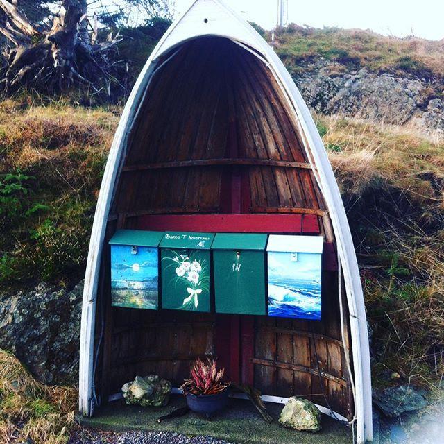 Stilig #postkassestativ i #bulandet #postkasse #båt #robåt #maritimt