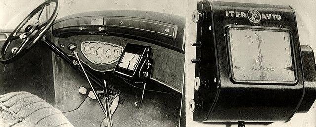 L'antenato del navigatore | Chi l'ha detto che il GPS è un'invenzione recente? L'antenato del navigatore è un ingegnoso marchingegno, con una mappa che ruota dietro lo schermo: la velocità della rotazione varia in base a quella dell'auto.