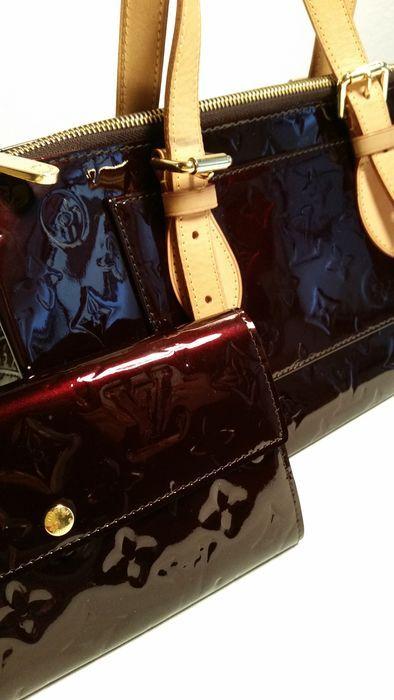 Louis Vuitton - set - handtas en portemonnee  Prachtige Louis Vuitton instellen in lakleer met Amarante afdruk.In de uitzonderlijke situatie 2 stofzakken en een doos voor de beurs.Lakleder in zeer goede staat zonder krassen.Handvat gemaakt van beige leder en verguld metalen fittingen in nieuwstaat.Louis Vuitton gravure in de leer van de interieur zak en op de klep van de beurs (donkere claret leer binnen).Portemonnee 'Sarah' modelHandtas afmetingen ca. 35 x 17 x 13Echte objecten.Nette…