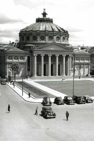 Ateneul Român, 1940. Deși conceput în stil neoclasic, palatul are caracteristicile unui vădit stil eclectic. Intrarea principală este sprijinită pe opt coloane ionice, identice ca proporţii cu cele de la templul Erechterion de pe Acropole. Din portic se intră în vestibul prin 3 mari uși de lemn.