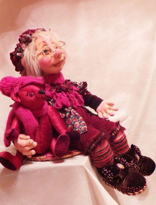 """Скульптурный текстиль. Авторская кукла: """"МИШКА-ДОБРАЯ ДУША,""""  Авторская кукла. Ручная работа. Единственный экземпляр. Кукла продается вместе с Мишкой-Тедди.  Рост композиции:67см. Кукла и мишка снимаются с подставки и могут менять позы по Вашему желанию.  Материал: текстиль. мой сайт: странакукол.рф"""