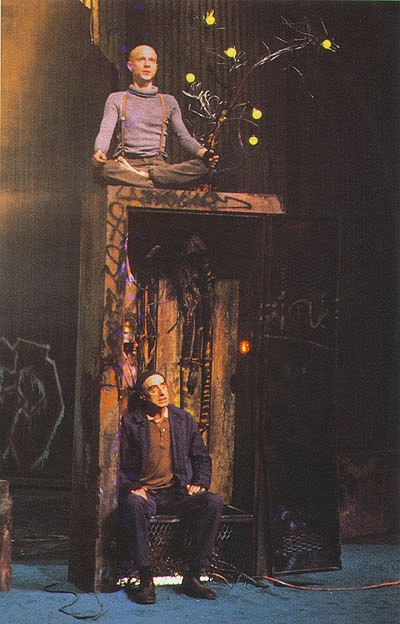 Philippe Demarle (Estragon) et David Warrilow (Vladimmir)  dans En attendant Godot, au Théâtre des Amandiers, Nanterre, 1991.  Mise en scène de Joël Jouanneau, décor de Jacques Gabel.