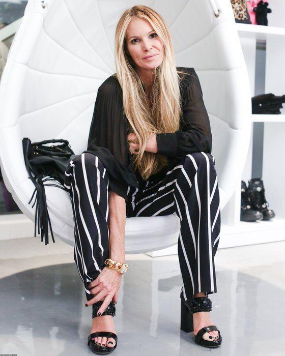 Супермодели Эль Макферсон 53 года: ее фигуре могут позавидовать и совсем молодые коллеги по цеху. Эль нисколько не стесняется своего возраста, тем более, что модель кажется гораздо моложе своих лет.