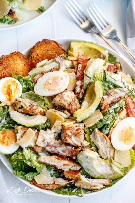 Hühnchen und Avocado Caesars Salat mit Ei.