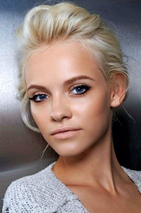 Natural makeup, with bronzed skin.