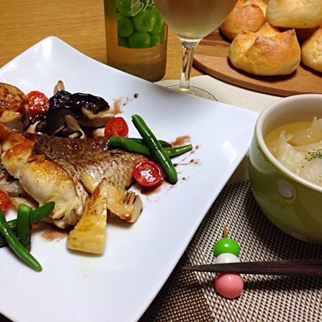 今夜はパパさんと2人ご飯。買い物に行くと京都の筍が出ててん⤴️桜鯛もええのが入ってて、和食にしようかな?って思ってんけどこの前Yタローからええオリーブオイル貰ったからイタリアン風な晩御飯に。  桜鯛のオリーブオイル焼き 付け合せ野菜    京芋、京筍、平茸、インゲン、プチトマト  バルサミコソースで 新玉ねぎの丸ごとコンソメ煮スープ仕立 シュガートップ 甘口白ワイン ちょっとお品書きもそれらしく書いてみたわ(笑) 食前酒にビール飲んだけど お疲れ〜、乾杯〜 - 241件のもぐもぐ - お箸でいただく京野菜イタリアン      なんちゃって by tanuko