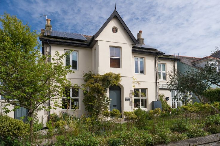 House in Falmouth, United Kingdom. A double and a single room in a Victorian house just 10 minutes walk from town centre and Gyllingvase beach and only 2 minutes from Falmouth Town station, perfect for small families wanting a convenient base from which to explore Falmouth and Corn...