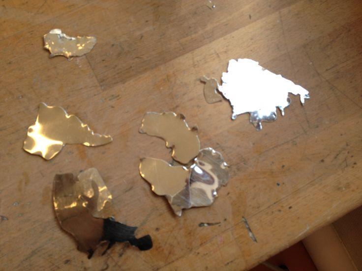 De verschillende wereldcontinenten die ik ga maken op de wereldbol. Ik heb deze gemaakt door met een papieren vorm op het ijzer over te trekken met een ijzerpen/metaalpen. En daarna de continenten uit te knippen met een metaalschaar. Hier op deze afbeelding heb Ik ze nog niet gebold dat ga ik hier nog doen.