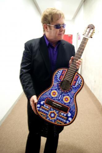 Resultados de la Búsqueda de imágenes de Google de http://www.guitars-m-r-sons.com/blog/thumb_ELTON_JOHN_VISITA_MEXICO_Y_ES_OBSEQUIADO_CON_UNA_GUITARRA_MANUEL_RODRIGUEZ_DECORADA_POR_EL_ARTE_HUICHOL.jpg
