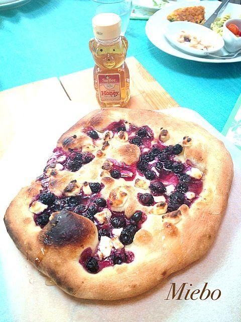 フレッシュなブルーベリーとクリームチーズに蜂蜜をかけて焼き上げます! - 21件のもぐもぐ - ブルーベリーズANDクリームチーズのピザ by MIEKO 沼澤三永子