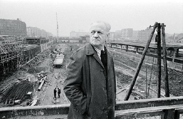 Arseniusz Romanowicz na placu budowy Dworca Centralnego.