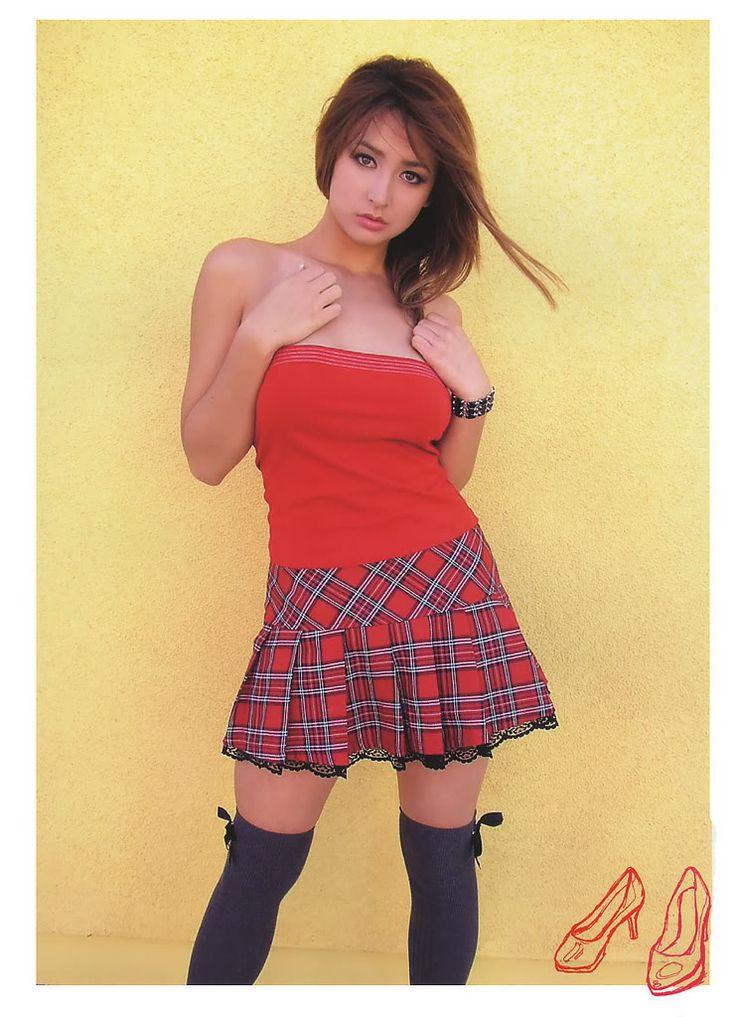 leah-dizon-mini-skirt-pics