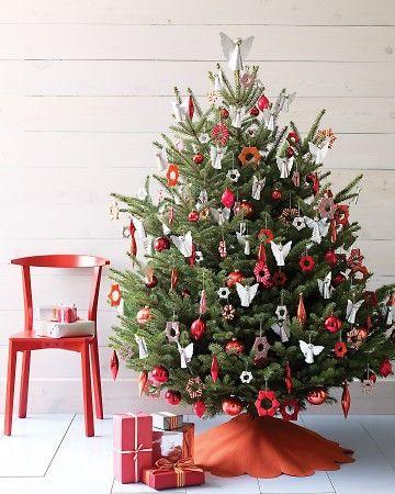 Árvore de Natal com enfeites em vermelho e branco e anjos