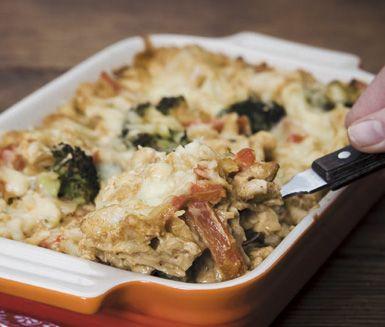 Bjud på en ny variant av lasagne med denna tacokryddade kycklingvariant. Du kan göra din krämiga kycklingragu en dag i förväg och sedan värma upp före den varvas med lasagneplattorna. Ät den nygräddade lasagnen med en vinägrettoppad sallad.