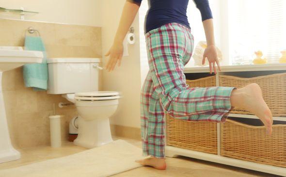 La incontinencia urinaria – donde las fugas de orina – es un problema común que puede afectar la calidad de vida. Aquí están algunas de las causas más comunes. La incontinencia urinaria es una condición en la que alguien involuntariamente huye de la orina. Es un problema común que afecta a millones de personas, según ...