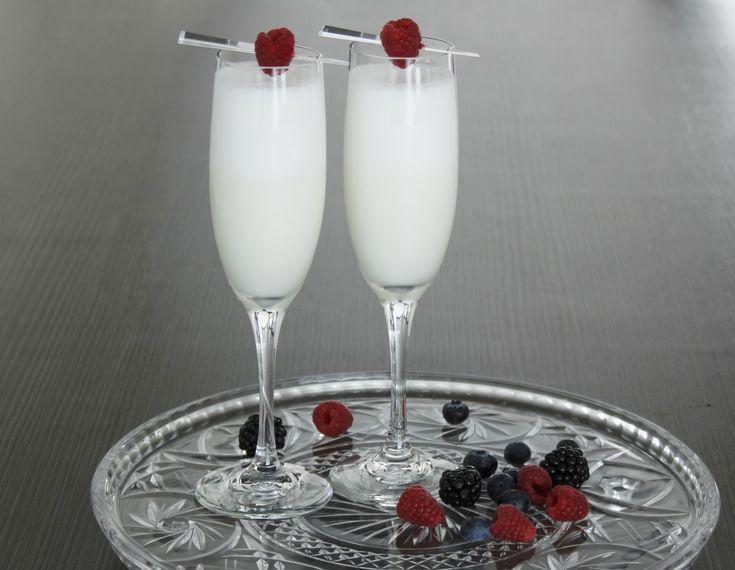 Het wit van yoghurt ijs en de rode fruitgarnering maken de Winter Scroppino een exclusieve kerstcocktail. Lees hier hoe je zelf een Winter Scroppino maakt.