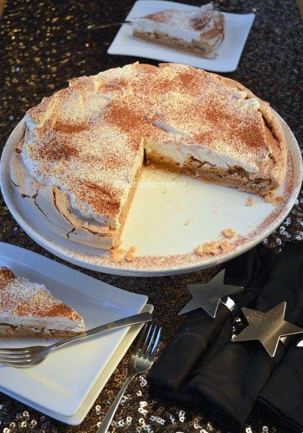 Tijdens de feestdagen serveer je natuurlijk deze Cappuccino Pavlova als toetje. Heel luxe en absoluut heerlijk! Het recept staat op mijn site (link in bio)