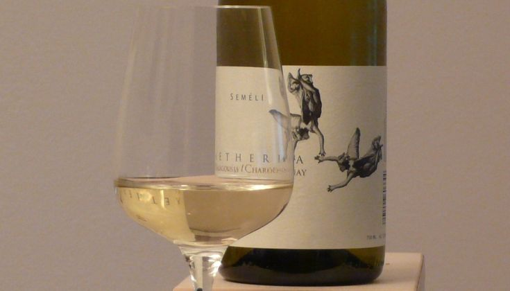 """Το σημαντικό οινοποιείο της Νεμέας βάζει Chardonnay και Μαλαγουζιά στη φιάλη, δείχνοντας μας το πώς αντιλαμβάνεται την έννοια του """"Αιθέριου"""". ΒΑΘΜΟΣ! 7 / 10."""