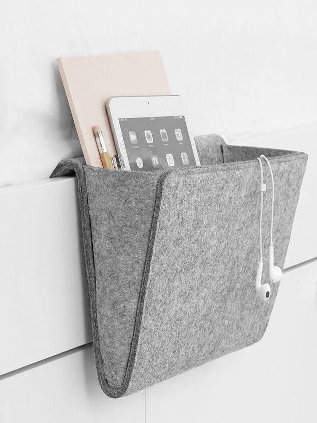Praktische Filztasche für Nachttisch, Sofas oder Betten, um herumliegende Sachen zu verstauen. Hier entdecken und shoppen: http://sturbock.me/j6N