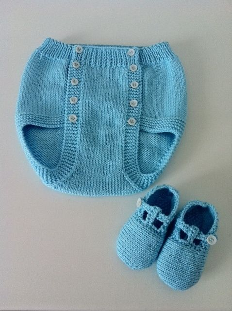 Turquoise diaper cover and T-strap sandals ~~ Cubrepañal y cangrejeras - turquesa