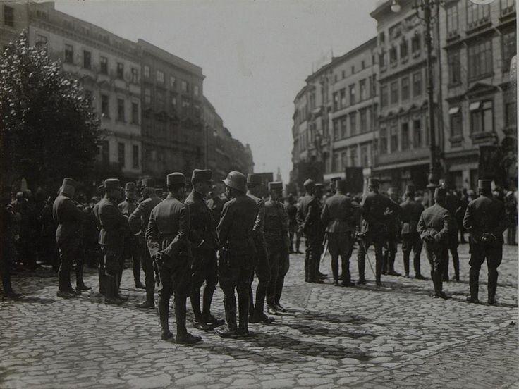 Sztab dywizji wiedeńskiej w Święto Bożego Ciała na Rynku w Krakowie. W tle wlot ulicy Grodzkiej. Fotografia wykonana około 1915 roku.