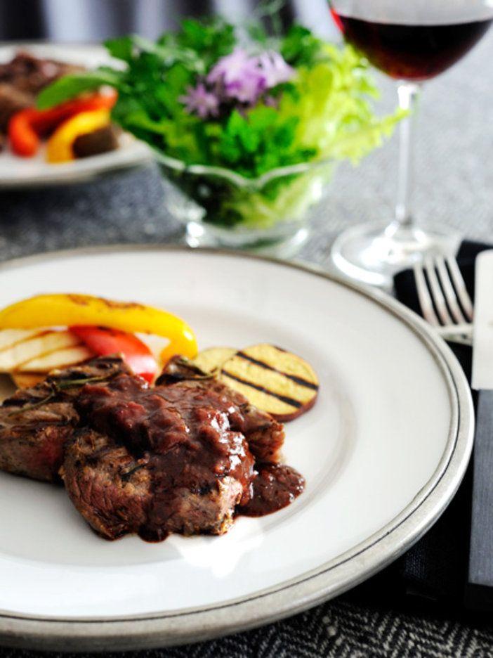濃厚な赤ワインソースで食べる厚切り肉のステーキ!|『ELLE a table』はおしゃれで簡単なレシピが満載!