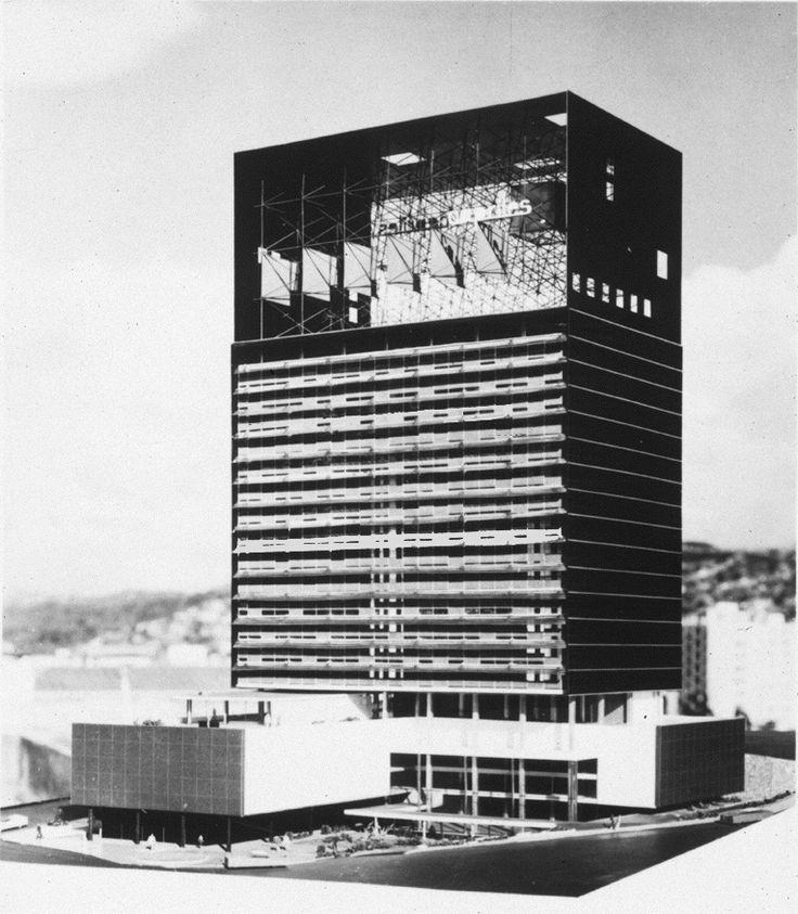 Maqueta de edificio de oficinas y comercios en la Plaza Venezuela, Caracas, 1959.Arquitectos Mario Pani y Luis Ramos Cunningham. Superestructura plástica de Mathias Goeritz.