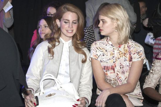 Lana Del Rey, Pixie Geldof grå jacka vit skjorta vit läder väska rött hår