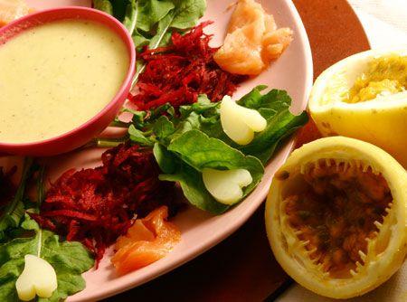 Receita de Salada de Rúcula e Salmão ao Molho de Maracujá - beterraba, batata, salmão defumado, rúcula, iogurte grego, suco de maracujá, sal, mel, adoçante