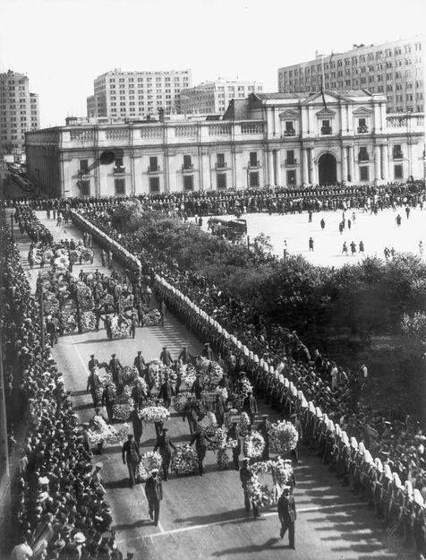 Chile, Santiago. Funeral de Estado del Ex - Presidente Pedro Aguirre Cerda, salida del cortejo fúnebre desde el Palacio de La Moneda, año 1941.