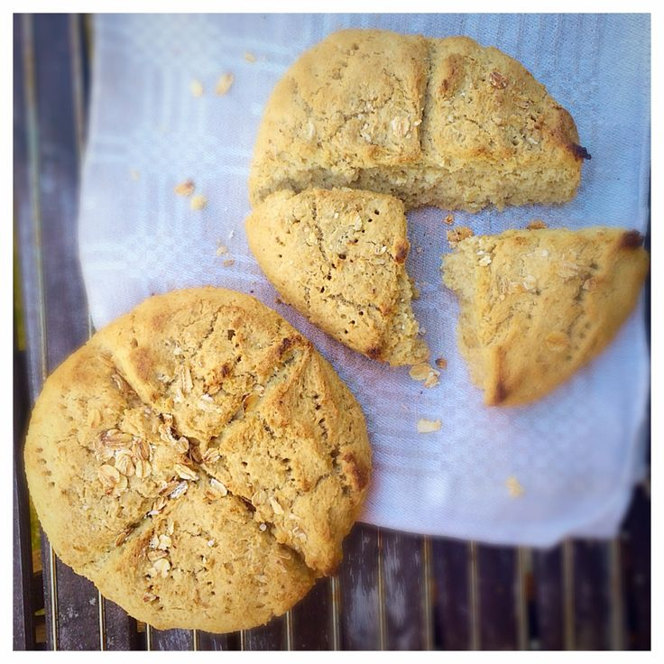 Helt enkelt ett toppenrecept på smarriga, glutenfria och mjölkfria scones. MUMS! Havrescones (till ca 2 pers) 90 g (ca 2,5 dl) havregryn (glutenfria om du har celiaki) 150 g (ca 2 dl) havremjöl (gl…